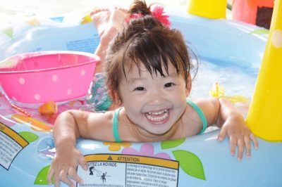 1 歳児 川遊び 浮き輪 女の子