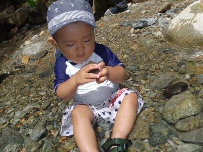 1 歳児 川遊び 男の子 石