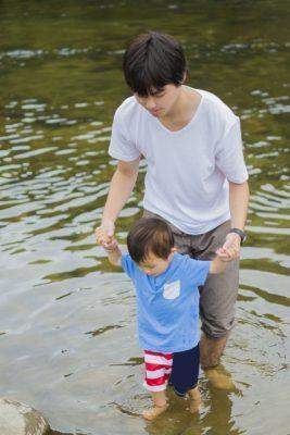 夏休み 旅行 子供 川遊び 兄弟