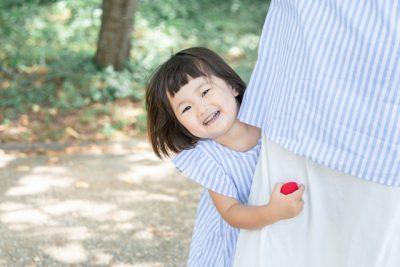 子供 おもちゃ 笑顔 抱きつく 女の子