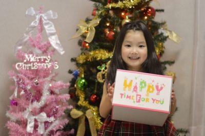 子供 プレゼント 女の子 クリスマス 笑顔