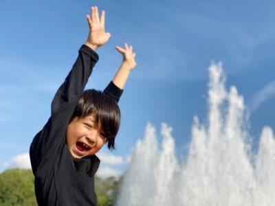 水遊び 男の子 噴水 バンザイ