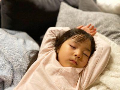 子供 夏 寝る 女の子