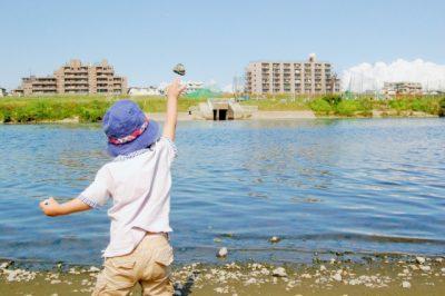 川遊び 石 投げる 男の子