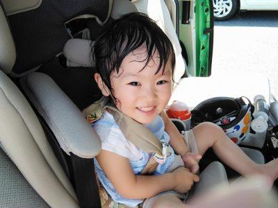子供 夏休み 汗だく 女の子 車