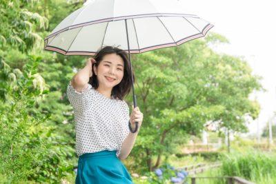 那須高原 川遊び 女性 日傘 笑顔