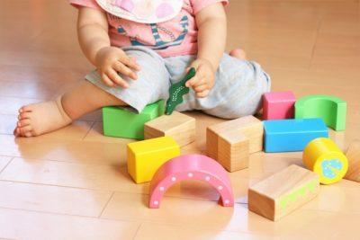 子供 おもちゃ 遊ぶ 赤ちゃん 積み木