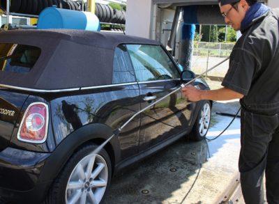 虫 取り クリーナー 洗車する男性