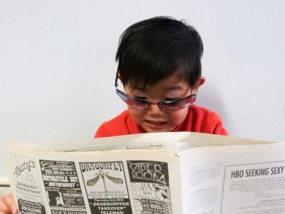 小学生 新聞 夏休み 驚く 男の子
