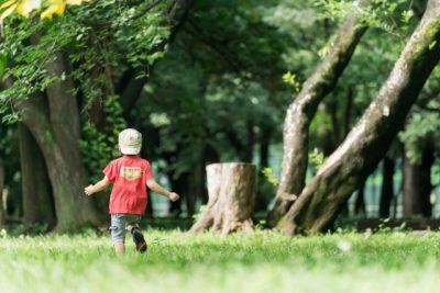 1 歳児 川遊び 走る 男の子 原っぱ