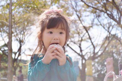 東京駅周辺 公園 子供 おにぎり 食べる
