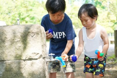 公園 水遊び 水鉄砲 兄弟